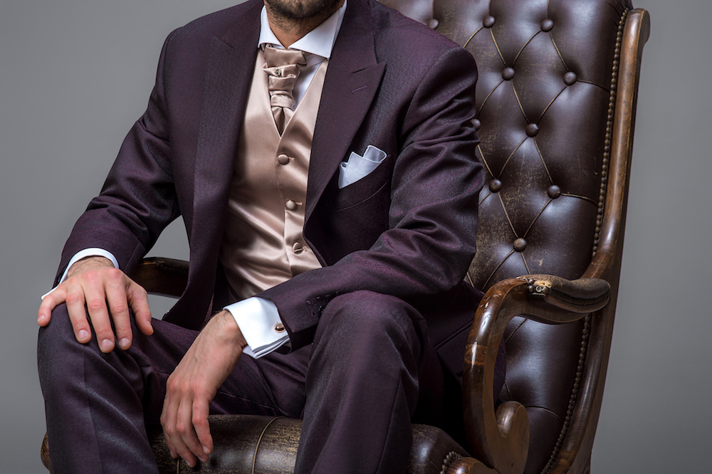 dettagli-uomo-vestito-viola